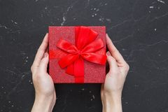 Geschenkkasten mit einem roten Bogen Lizenzfreie Stockfotografie