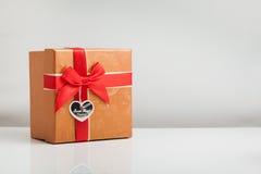 Geschenkkasten mit einem roten Bogen Stockbild