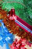 Geschenkkasten mit einer Halskette auf einem Baum des neuen Jahres Stockfotos