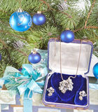 Geschenkkasten mit einer Halskette auf einem Baum des neuen Jahres. Lizenzfreie Stockfotografie