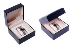 Geschenkkasten mit einer Luxuxuhr Stockbild