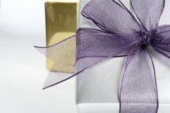 Geschenkkasten mit Farbband-Abschluss oben lizenzfreie stockbilder