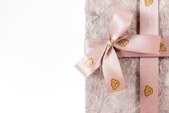 Geschenkkasten mit Farbband auf weißem Hintergrund Lizenzfreie Stockfotografie
