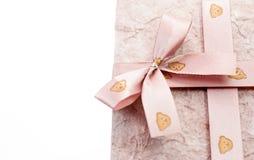 Geschenkkasten mit Farbband auf weißem Hintergrund Stockfotografie