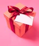 Geschenkkasten mit Farbband und leeren Kennsatz Stockfoto
