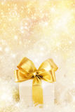 Geschenkkasten mit goldenem Farbband stockbild
