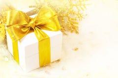 Geschenkkasten mit goldenem Farbband stockbilder