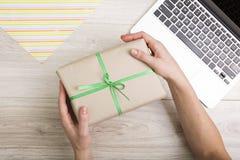 Geschenkkasten mit grünem Farbband Lizenzfreie Stockfotos