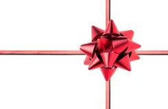Geschenkkasten mit rotem Bogen und Farbband Stockfoto