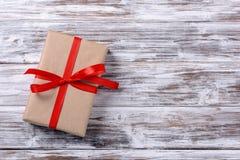 Geschenkkasten mit rotem Farbband stockbild