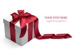 Geschenkkasten mit rotem Farbband und Bogen. Stockbild