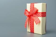 Geschenkkasten mit rotem Farbband und Bogen Stockfotos