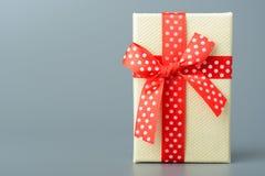 Geschenkkasten mit rotem Farbband und Bogen Lizenzfreie Stockfotografie