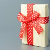 Geschenkkasten mit rotem Farbband und Bogen Lizenzfreies Stockfoto