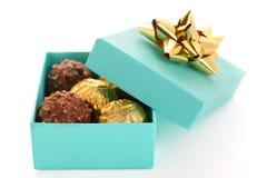 Geschenkkasten mit Schokoladentrüffel Stockfotografie