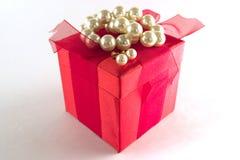 Geschenkkasten mit weißen Perlen Stockbild