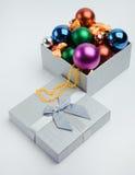 Geschenkkasten mit Weihnachtskugeln Lizenzfreie Stockfotos