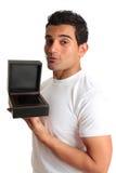 Geschenkkasten-Schmucksachekasten der Mannholding geöffneter Lizenzfreie Stockbilder