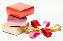Geschenkkasten und -farbband Stockfotografie