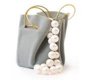 Geschenkkasten und -perle Stockfotos