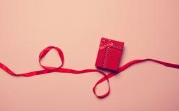 Geschenkkasten und rotes Farbband Stockbild