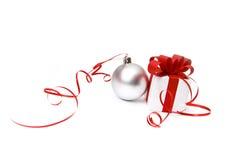 Geschenkkasten und Weihnachtskugel Stockfoto