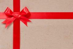 Geschenkkonzept - roter Bogen und Band stockfoto