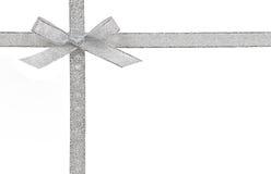 Geschenkkonzept - silberner Bogen und Band lokalisiert Stockfotos