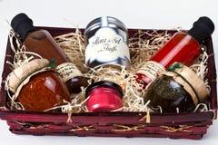 Geschenkkorb mit feinschmeckerischen Würzen und Soßen. stockfotografie