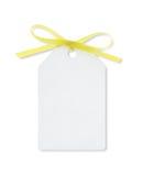 Geschenkmarke gebunden mit gelbem Farbband mit Ausschnittspfad Lizenzfreie Stockbilder