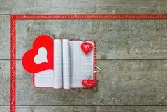 Geschenknotizbuch mit den roten und weißen Herzen Stockbilder