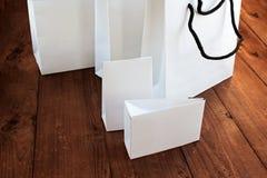 Geschenkpakete auf einem hölzernen Hintergrund Stockfotografie