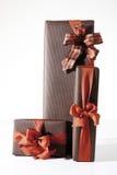 Geschenkpakete mit rotem Band Stockfoto