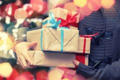 Geschenkstapel-Handweihnachten Lizenzfreie Stockfotografie