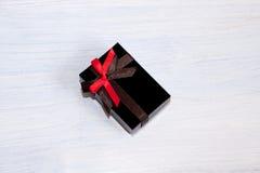 Geschenkverpackung, gebunden mit einem Bogen, auf einem blauen Hintergrund Stockfotos