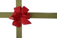 Geschenkverpackung mit rotem Bogen Stockbilder
