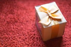 Geschenkverpackungsprozeß mit Weinlesekasten und braunem Papier Lizenzfreies Stockbild