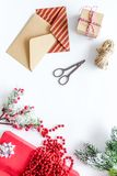 Geschenkverpackungssatz mit Umschlägen für neues Jahr und Weihnachts-Gruß 2018 auf weißem Hintergrundspitze veiw Stockbilder