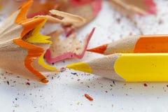 Gescherpt kleurrijk potloden en schaafsel Royalty-vrije Stock Fotografie