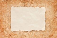 Gescheurd stuk van oud document op grungeachtergrond Stock Foto's