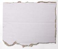 Gescheurd verfrommeld stuk van karton op wit Royalty-vrije Stock Afbeeldingen