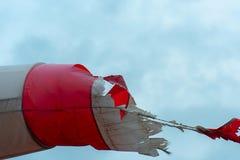 Gescheurd windsock tegen de hemel wordt dicht royalty-vrije stock foto