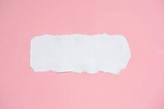 Gescheurd wit en roze document voor textuurachtergrond royalty-vrije stock foto