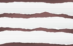 Gescheurde het wit voerde horizontale die notadocument stroken voor tekst of bericht op bruine achtergrond wordt geplakt Royalty-vrije Stock Foto
