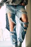 Gescheurde jeans op het meisje royalty-vrije stock fotografie