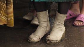 Gescheurde laarzen op een dakloze vrouw stock footage