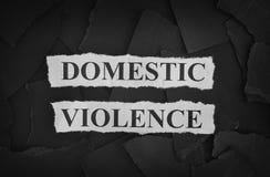 Gescheurde stukken van zwart document en woordenhuiselijk geweld Stock Afbeeldingen