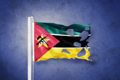 Gescheurde vlag die van Mozambique tegen grungeachtergrond vliegen Royalty-vrije Stock Afbeelding