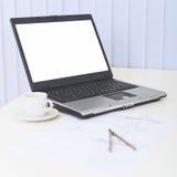 Geschäft Nochlebensdauer - Laptop auf einer Tabelle im Büro Stockfotografie