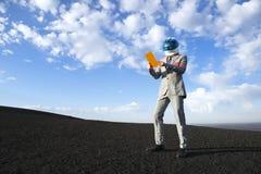 Geschäfts-Astronaut Using Futuristic Tablet auf dem Mond Lizenzfreies Stockbild